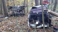 BMW wpadło w las. Auto  rozpadło się na kawałki