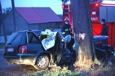 Śmierć dwóch młodych mężczyzn. Passat wjechał w drzewo